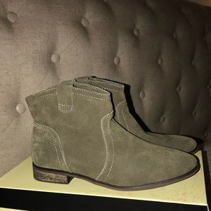 Restricted suede ankle boots